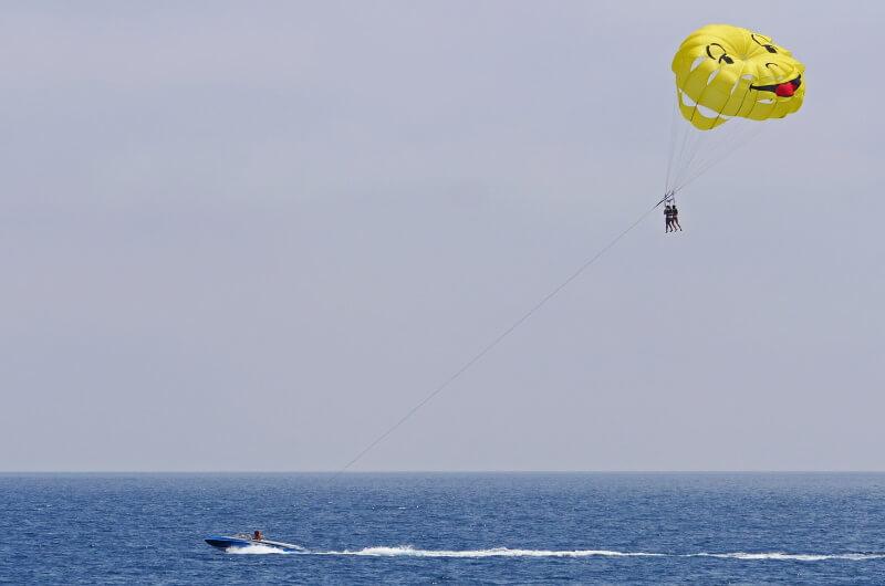 att göra på maldiverna - parasailing